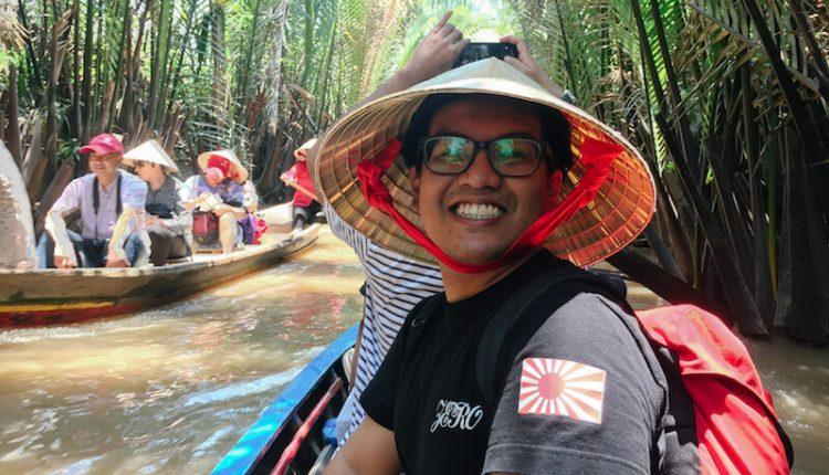 naik perahu di sungai mekong